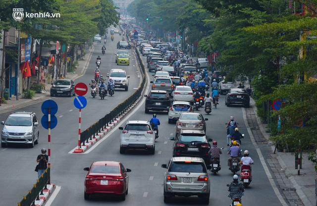 Đường phố Hà Nội đông nghịt xe cộ sáng đầu tuần - Ảnh 10.