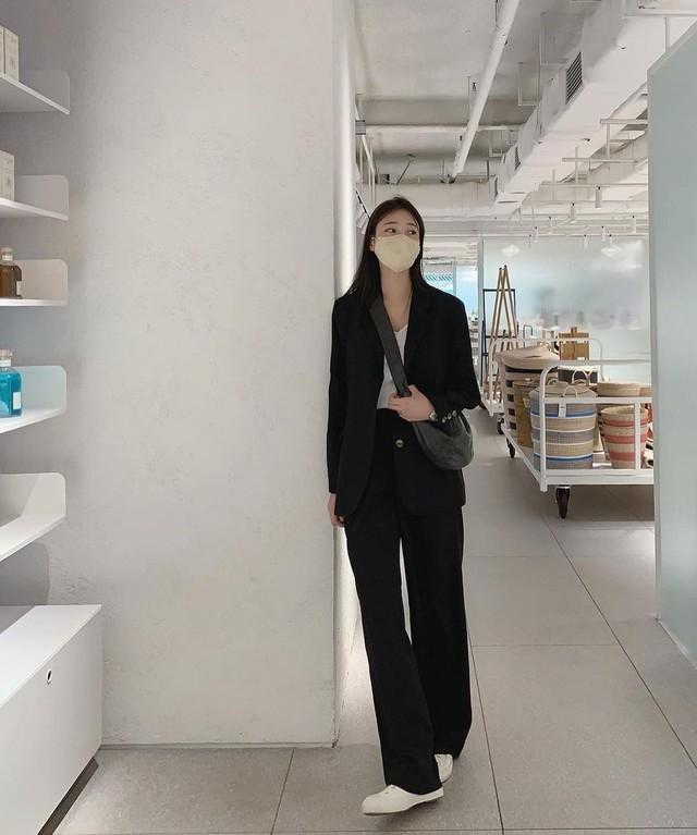 Muốn trẻ ra cả chục tuổi, nàng công sở không thể bỏ qua 3 cách mix trang phục với giày sneaker trắng dưới đây - Ảnh 11.