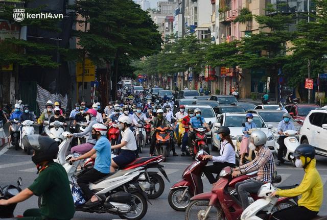 Đường phố Hà Nội đông nghịt xe cộ sáng đầu tuần - Ảnh 12.
