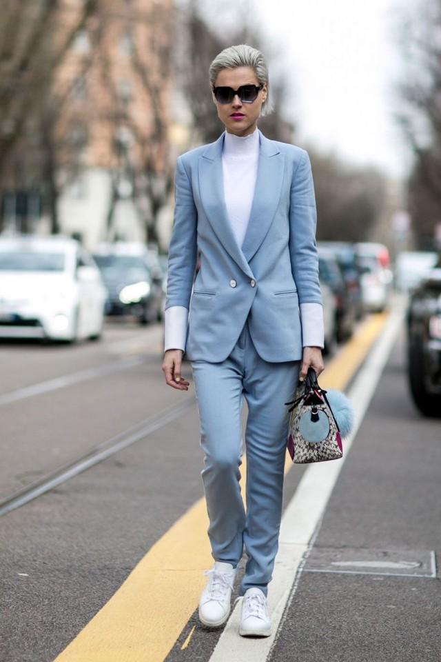 Muốn trẻ ra cả chục tuổi, nàng công sở không thể bỏ qua 3 cách mix trang phục với giày sneaker trắng dưới đây - Ảnh 13.