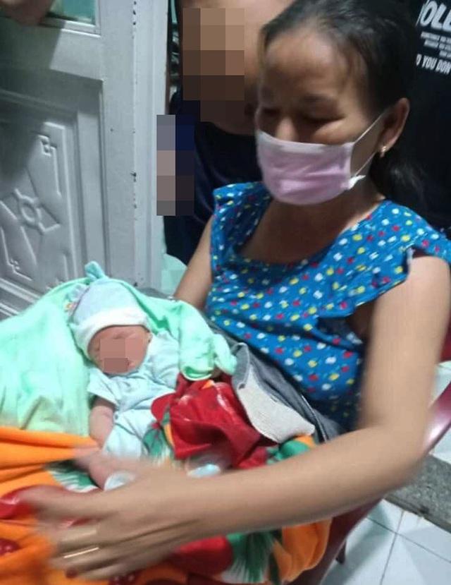 Nghe tiếng khóc yếu ớt trong đêm, mở cửa phát hiện bé trai sơ sinh bị bỏ rơi trong thau nhựa - Ảnh 2.