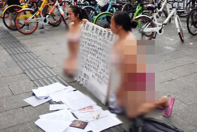 Hai người phụ nữ mặc nội y quỳ gối trên đường gây tranh cãi - Ảnh 2.