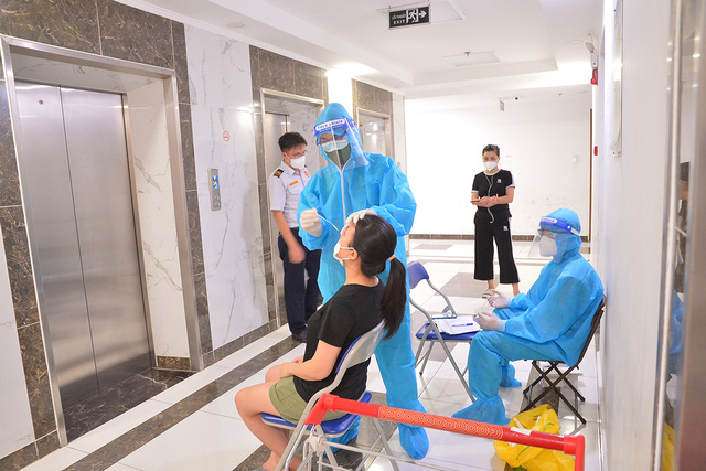 Đi từng tầng, bấm chuông từng nhà mời người dân lấy mẫu xét nghiệm COVID-19 - Ảnh 5.