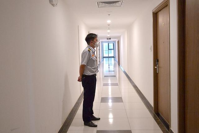 Đi từng tầng, bấm chuông từng nhà mời người dân lấy mẫu xét nghiệm COVID-19 - Ảnh 3.