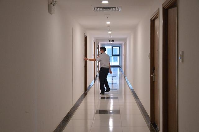Đi từng tầng, bấm chuông từng nhà mời người dân lấy mẫu xét nghiệm COVID-19 - Ảnh 2.
