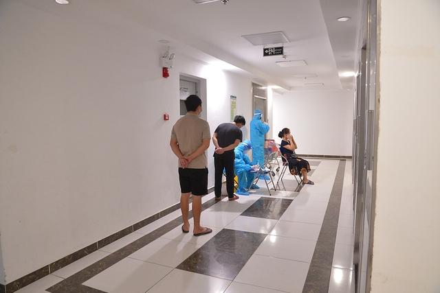Đi từng tầng, bấm chuông từng nhà mời người dân lấy mẫu xét nghiệm COVID-19 - Ảnh 6.