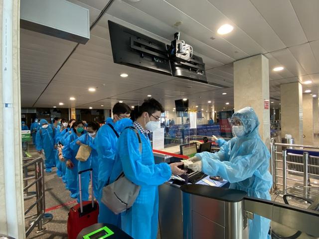 Bamboo Airways bay chuyên cơ khứ hồi đưa y bác sĩ chi viện miền Nam chống dịch - Ảnh 6.