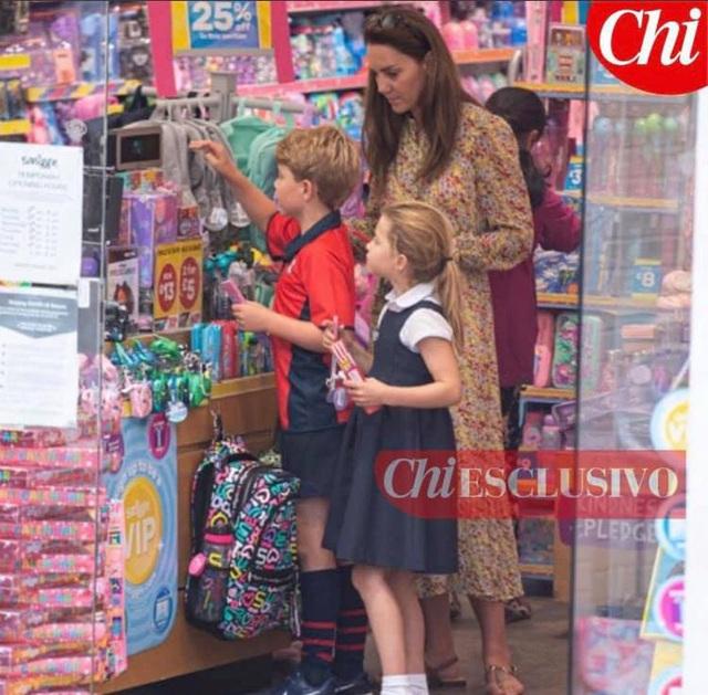 Công nương Kate lộ diện sau 60 ngày mất hút, đưa 2 con đi mua sắm với loạt cử chỉ tinh tế - Ảnh 2.