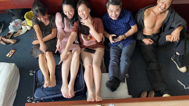Hậu trường cười nghiêng ngả của dàn diễn viên Hương vị tình thân - Ảnh 2.