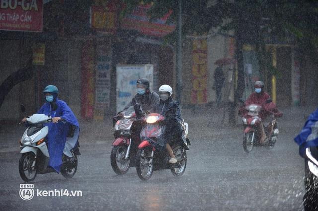 Người dân Hà Nội vật vã di chuyển trong cơn mưa tầm tã buổi sáng sớm - Ảnh 11.