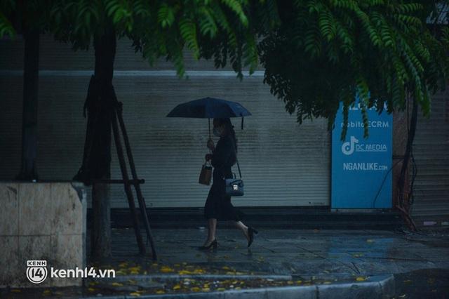 Người dân Hà Nội vật vã di chuyển trong cơn mưa tầm tã buổi sáng sớm - Ảnh 5.