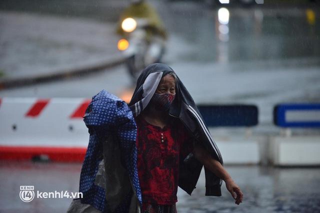 Người dân Hà Nội vật vã di chuyển trong cơn mưa tầm tã buổi sáng sớm - Ảnh 6.