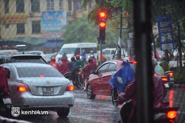 Người dân Hà Nội vật vã di chuyển trong cơn mưa tầm tã buổi sáng sớm - Ảnh 9.