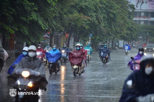 Người dân Hà Nội vật vã di chuyển trong cơn mưa tầm tã buổi sáng sớm - Ảnh 10.