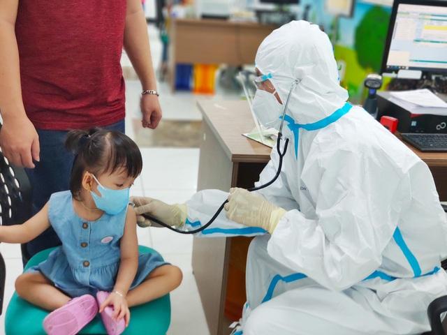 Hình ảnh mới cực đáng yêu của Trúc Nhi - Diệu Nhi khi đi tiêm chủng - Ảnh 7.