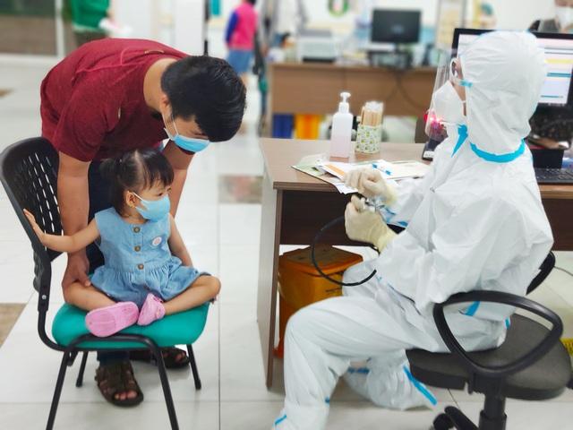 Hình ảnh mới cực đáng yêu của Trúc Nhi - Diệu Nhi khi đi tiêm chủng - Ảnh 8.