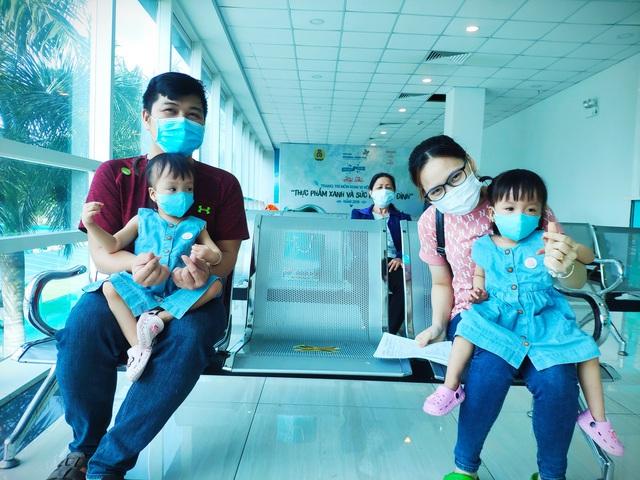 Hình ảnh mới cực đáng yêu của Trúc Nhi - Diệu Nhi khi đi tiêm chủng - Ảnh 3.