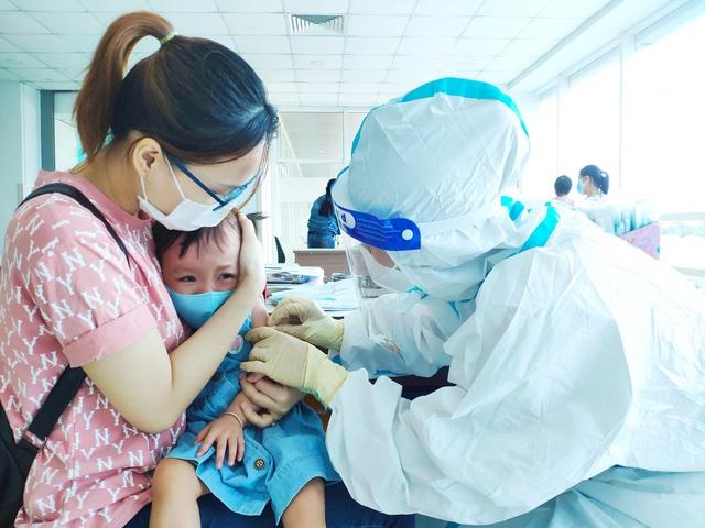 Hình ảnh mới cực đáng yêu của Trúc Nhi - Diệu Nhi khi đi tiêm chủng - Ảnh 10.