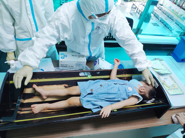 Hình ảnh mới cực đáng yêu của Trúc Nhi - Diệu Nhi khi đi tiêm chủng - Ảnh 6.
