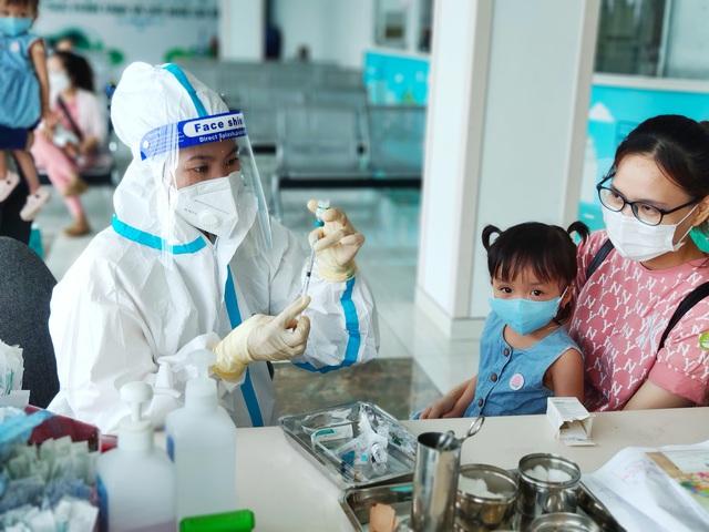 Hình ảnh mới cực đáng yêu của Trúc Nhi - Diệu Nhi khi đi tiêm chủng - Ảnh 9.