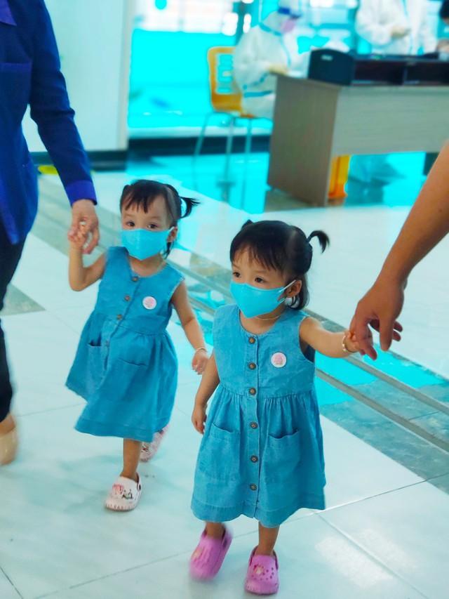 Hình ảnh mới cực đáng yêu của Trúc Nhi - Diệu Nhi khi đi tiêm chủng - Ảnh 1.