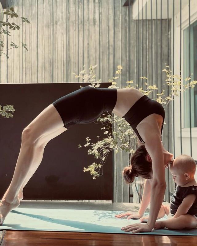 Hồ Ngọc Hà tập yoga để cơ thể, tâm trí bình an - Ảnh 1.
