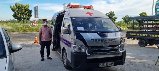 Bị giữ bằng lái, gã trai vẫn lấy xe cứu thương dỏm chở người về từ vùng có dịch - Ảnh 1.
