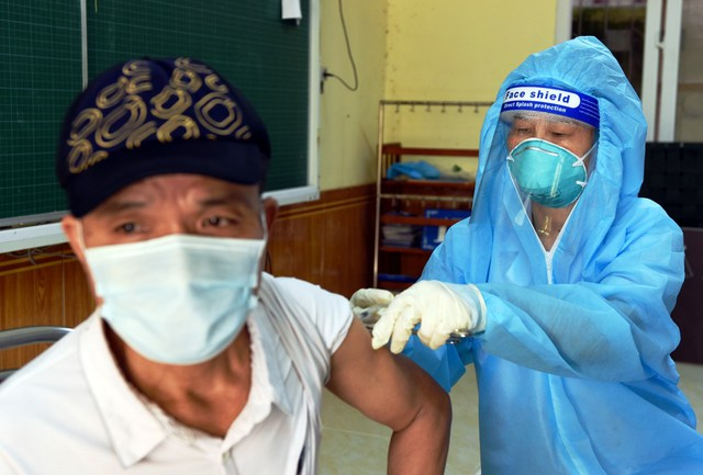 Nghệ An đã tiêm hơn 330 ngàn liều vaccine cho người dân - Ảnh 4.