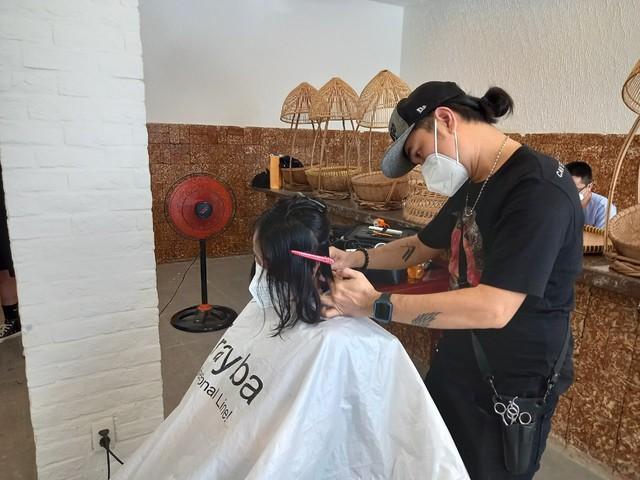 Cắt tóc miễn phí cho y, bác sĩ nơi tâm dịch TP Hồ Chí Minh - Ảnh 2.