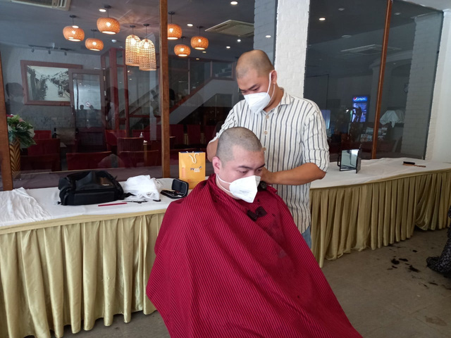 Cắt tóc miễn phí cho y, bác sĩ nơi tâm dịch TP Hồ Chí Minh - Ảnh 3.