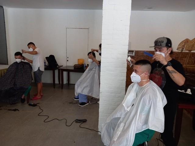 Cắt tóc miễn phí cho y, bác sĩ nơi tâm dịch TP Hồ Chí Minh - Ảnh 4.