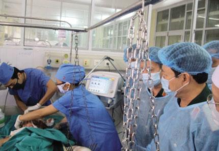 Cứu chữa 3 chiến sỹ vụ máy bay rơi: Gia đình nghẹn ngào trước sự tận tâm của bác sỹ 1