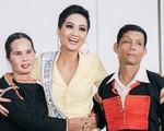Xúc động hình ảnh lam lũ của bố mẹ Hhen Niê sau hào quang Top 5 Hoa hậu Hoàn vũ