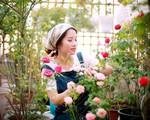 """Sân thượng nhỏ """"chứa"""" cả trăm gốc hồng đẹp mê hoặc của mẹ ba con ở Hà Nội"""