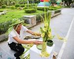 'Hô biến' lá dừa nước miền Tây thành giỏ hoa, con vật ở Hà Nội, kiếm tiền triệu mỗi ngày