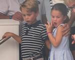 Charlotte thè lưỡi, George nhe răng sún cổ vũ bố mẹ đua thuyền