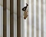 """Đã 18 năm kể từ khi vụ khủng bố 11/9 đoạt mạng hàng nghìn người Mỹ, bức ảnh """"người đàn ông rơi"""" vẫn không ngừng gây ám ảnh"""