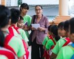 Bà giáo U80 ngày bán vé số, tối đứng lớp 'gieo chữ' cho học sinh nghèo