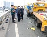 Ô tô cứu hộ đâm xe rác trên cầu Nhật Tân khiến 2 tài xế thương vong