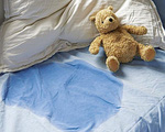 Xử lý vết ố và mùi khai do nước tiểu của trẻ trên chăn đệm triệt để với chai cồn 90 độ mà nhà nào cũng có