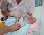 Hà Nội: Bé sơ sinh bị bỏ rơi ở hố gas dưới nắng nóng 40 độ C được phát hiện trong tình trạng kiến bu khắp người