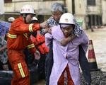 Tin lũ lụt mới nhất ở Trung Quốc: Người lính cứu hỏa khốn khổ dìm chân trong nước 30 tiếng đồng hồ liên tục