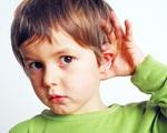 Cha mẹ đang vô tình gây tổn thương thính giác của con hằng ngày bằng những việc làm này mà không biết