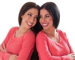 Cặp mẹ con chênh 30 tuổi như chị em sinh đôi
