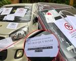 Hàng loạt ô tô đậu xe dưới lòng đường bị khóa bánh, dán giấy nhắc nhở chi chít kèm lời nhắn: 'Khóa ở đâu còn lâu mới nói'