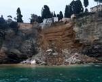 Nghĩa trang sạt lở khiến 200 quan tài rơi xuống biển