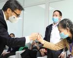 Phó Thủ tướng Vũ Đức Đam thăm tình nguyện viên tiêm thử vaccine Nano Covax