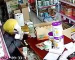 Màn dàn cảnh trộm tiền giữa ban ngày ở cửa hàng bách hóa của 2 gã đàn ông và 1 phụ nữ