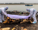 Ấn Độ: Căng mình giăng lưới chặn thi thể trôi dạt trên sông Hằng