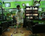 Chủ các hàng quán, tiệm tóc ở Hà Nội phấn khởi dọn dẹp xuyên đêm để chuẩn bị đón khách từ ngày 22/6